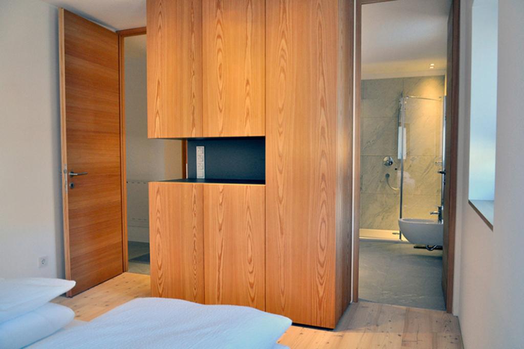 ApartmentsFrieda_Schlafzimmer_Schrank_A1-2-1024x682_cs